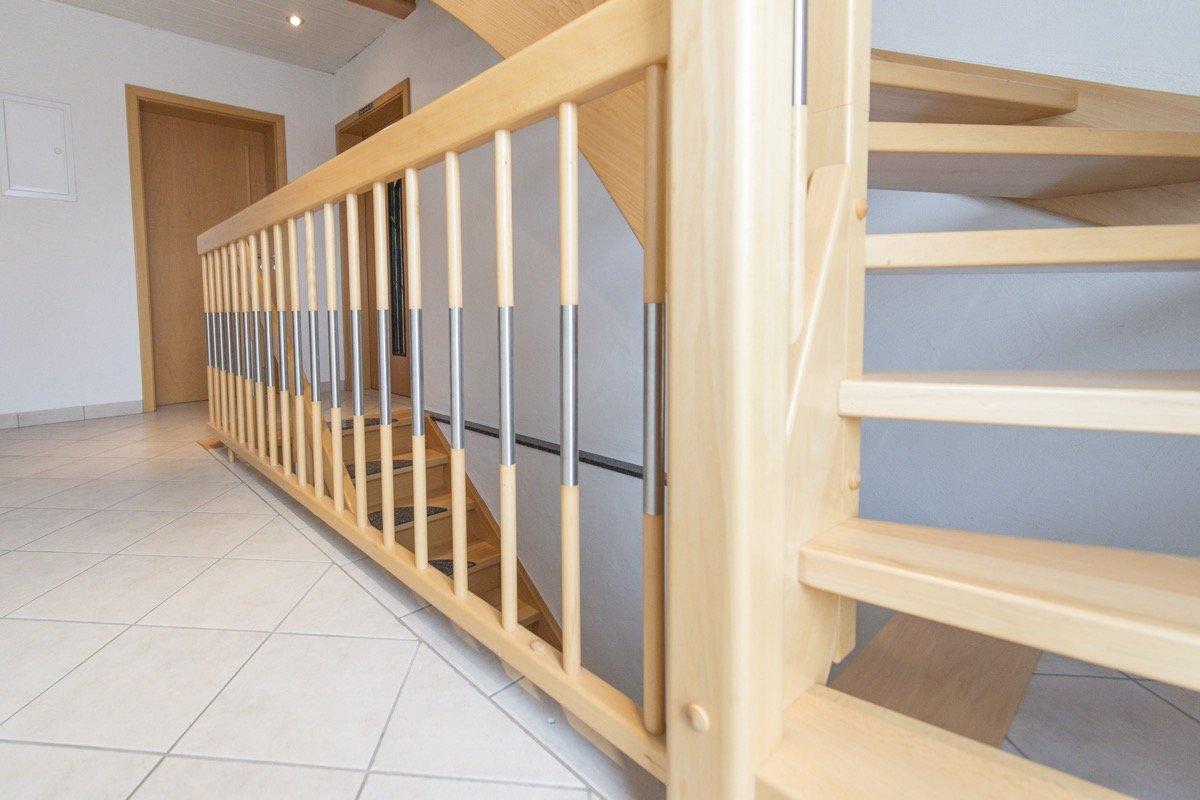 einzigartig treppe geschlossen haus design ideen. Black Bedroom Furniture Sets. Home Design Ideas