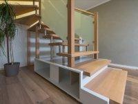Treppe eingepasst in Schrankunterbau