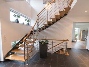 Freitragende Treppe mit 46mm Wandwange