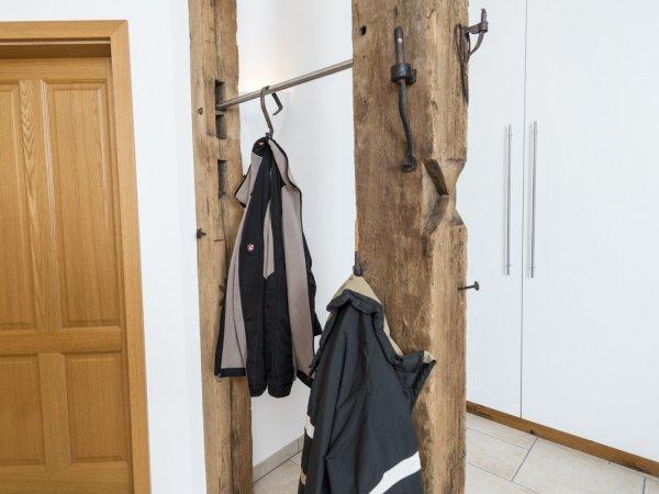 Garderobe aus alten Eichenbalken