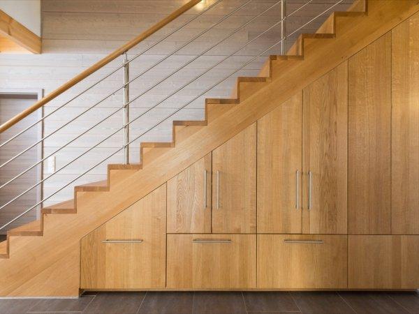 Maßgefertigter Schrank unter einer Treppe