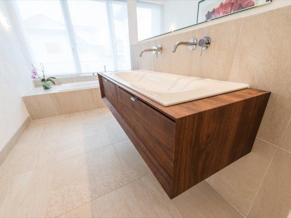Moderner Waschtisch aus massivem Holz